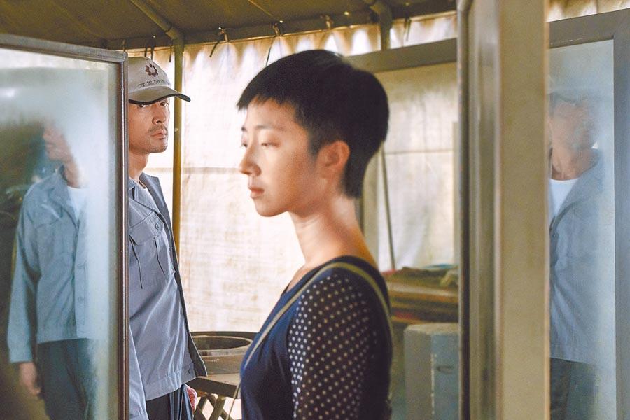 桂綸鎂(右)跟胡歌在新片《南方車站的聚會》大談禁忌之戀。(甲上提供)