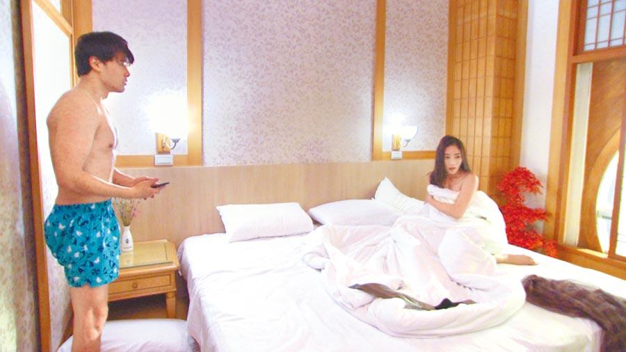 黃文星(左)在《多情城市》劇中和張家瑋將有一場床戲。(民視提供)