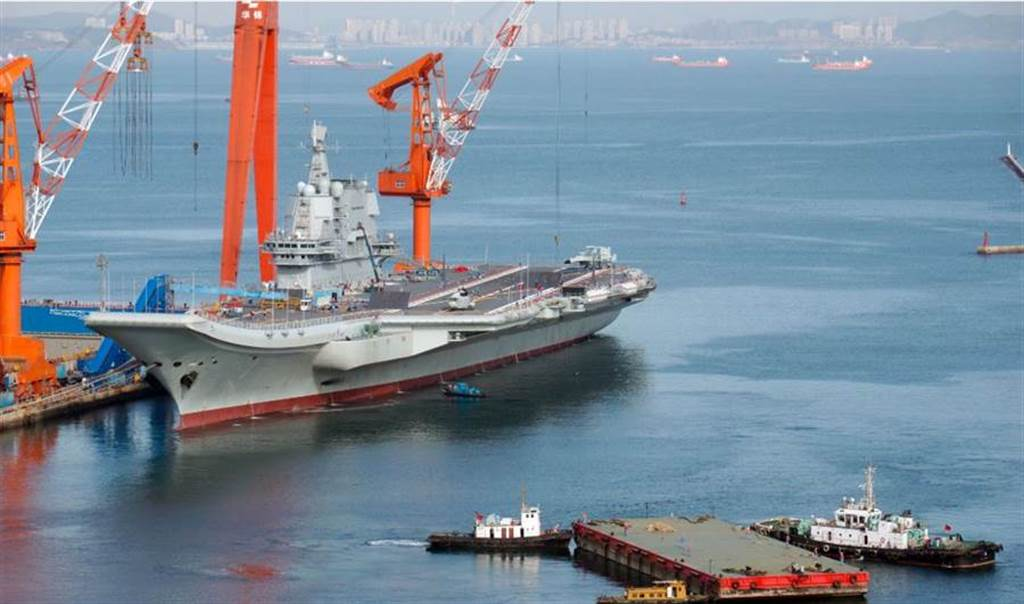 解放軍首艘自製航母002艦盛傳即將服役,圖為它在大連造船廠的畫面。(文匯網)