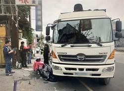 外送員鑽車縫超車 遭右轉大貨車擊落