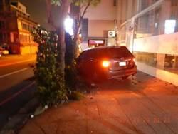 酒駕衝撞人行道 路樹招牌全遭殃