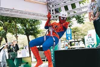 【熱蒐話題】蜘蛛人今天不倒掛 現身信義區飛踢不倒翁