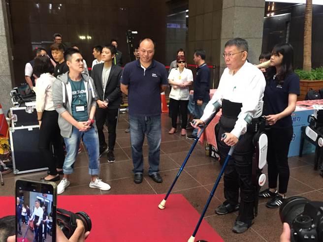 台北市長柯文哲28日變身鋼鐵人體驗科技輔具。(張立勳攝)