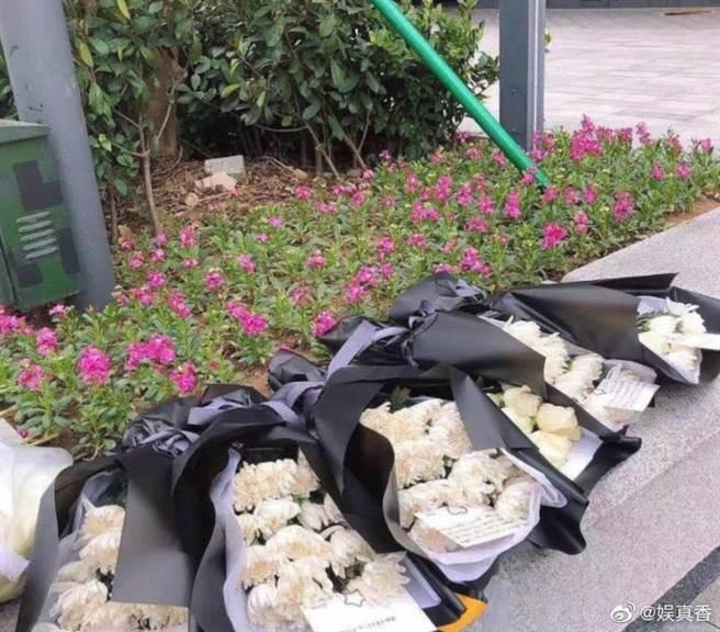 粉絲在高以翔最後倒下的花壇獻上花束悼念。(取自新浪微博@高以翔Godfrey)