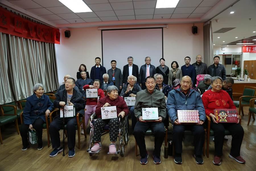 北京市政府台灣事務辦公室與旺旺集團北京代表處,27日共同前往通州玉橋街道「無憂之家」,探望在養老照料中心、社區養老驛站的老人。(照片由主辦單位提供)
