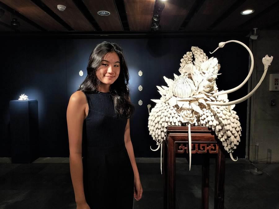 新北市鶯歌陶瓷博物館27日起展出「李如詩個人特展-花譜FLORILEGIUM」,作品以中國大陸景德鎮特有的瓷土製作,因含鐵量極低,瓷面呈現別具特色的晶瑩感。(許哲瑗攝)