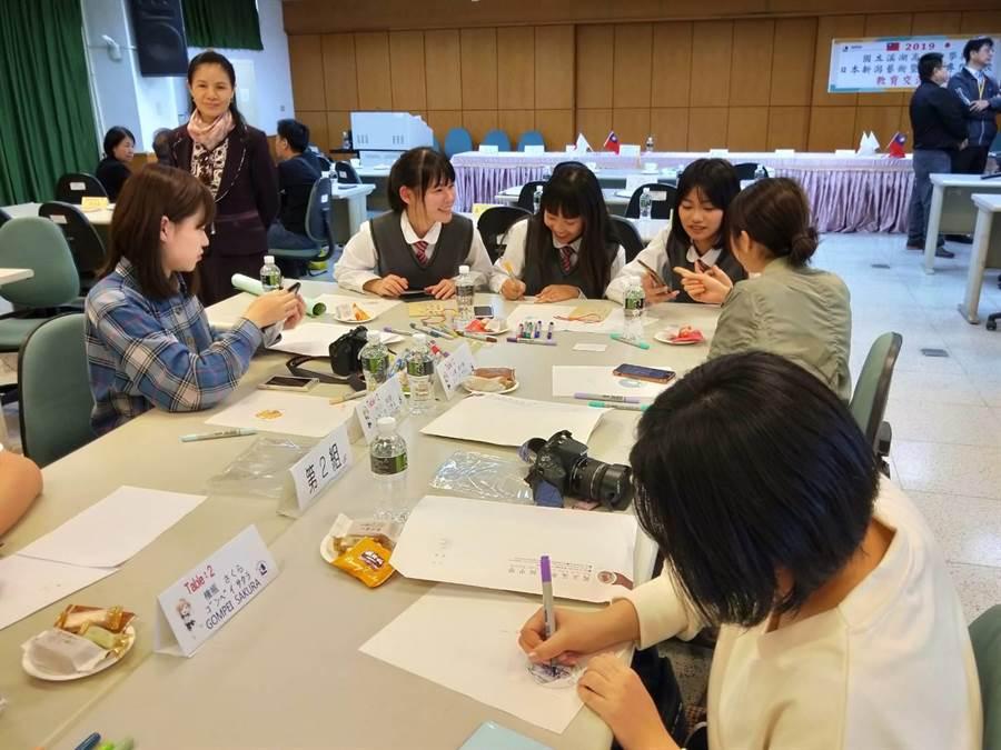 溪湖高中學生與日本新潟藝專學生,透過藝術學習建立好友誼,設計漫畫插圖並製作成胸章,作為彼此的紀念品。(吳建輝攝)