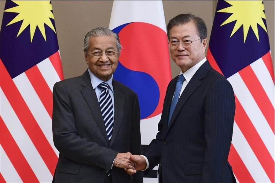 南韓總統文在寅28日在青瓦台與馬來西亞總理馬哈地(左)舉行會談。(美聯社)