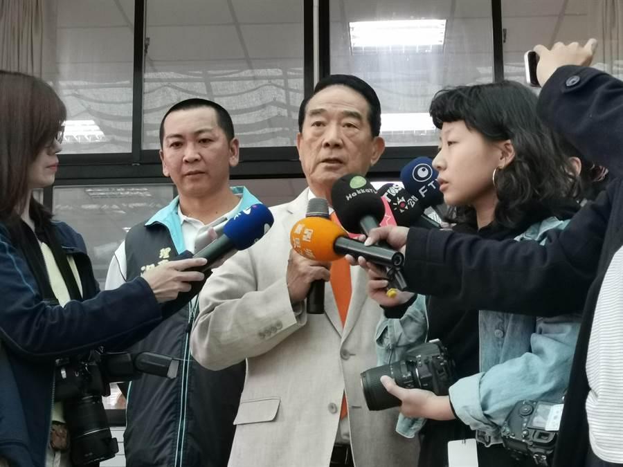 親民黨主席宋楚瑜28日下午走訪苗栗南庄,要執政黨好好處理中美雙方因香港問題引發的強烈對撞,對台灣有嚴重影響。〔謝明俊攝〕