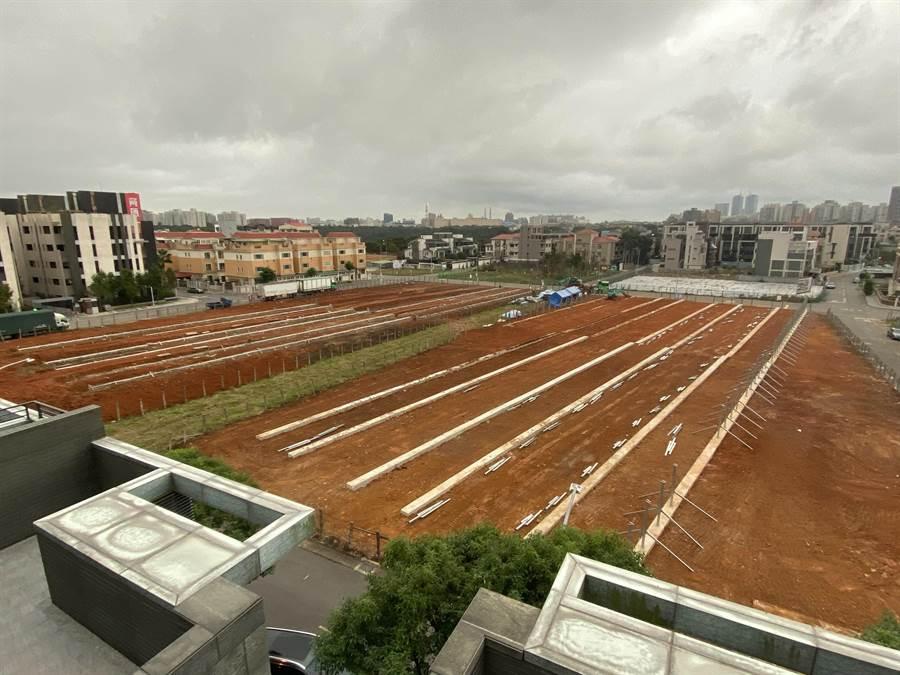 綠能業者整地施作地面型太陽能板。(新北市議員蔡淑君提供/譚宇哲新北傳真)