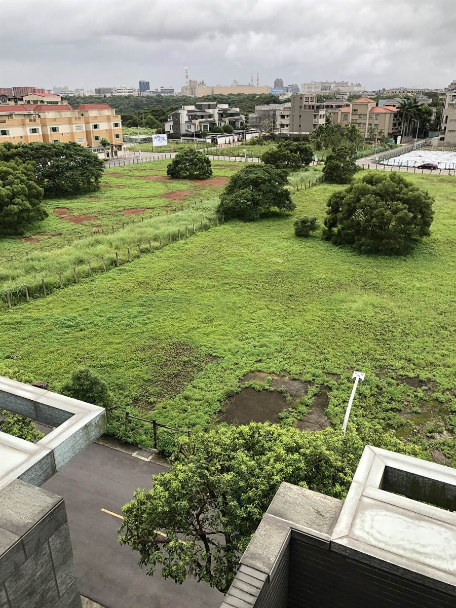 私人地原本為一片綠地。(新北市議員蔡淑君提供/譚宇哲新北傳真)