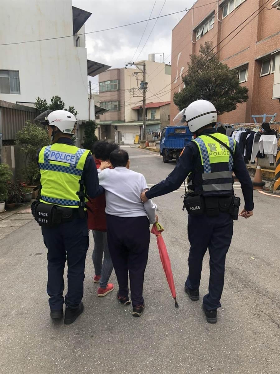 桃園市龜山區1名阿嬤倒在路上,員警乾脆攙扶她走1公里回家。(警方提供/賴佑維桃園傳真)