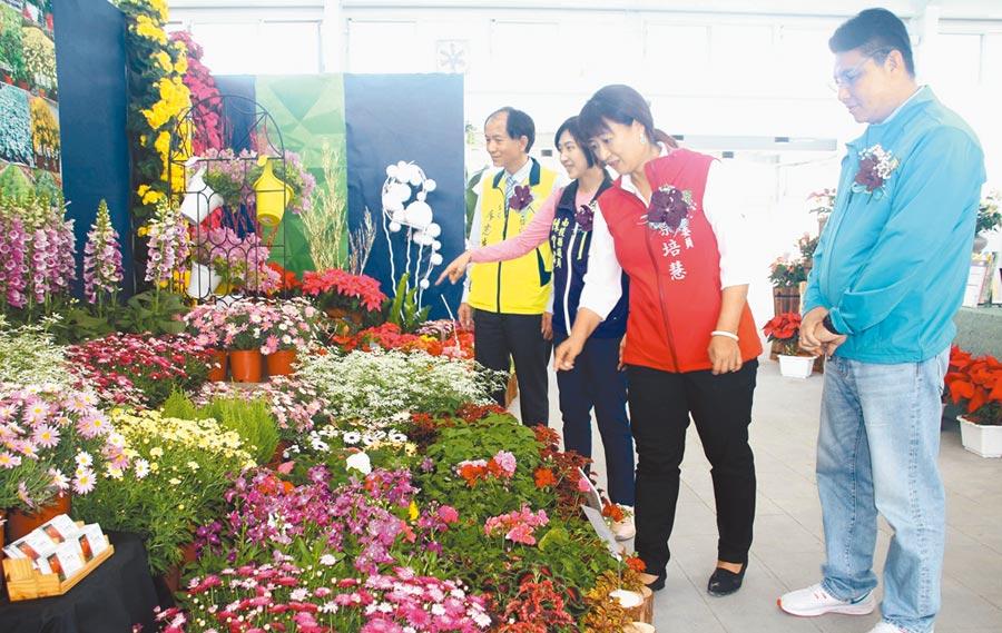 埔里花卉物流中心首日的花卉秋季展,埔里鎮廖志城(左一)陪同與會貴賓前往參觀花卉展示區。(楊樹煌攝)