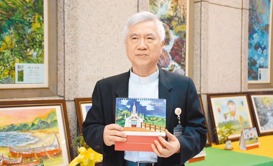 台東馬偕醫院牧師潘稀祺將他多年來在台東深入各鄉鎮的考查,製作成「2020年台東海岸山脈教堂之旅」桌曆義賣。(楊漢聲攝)