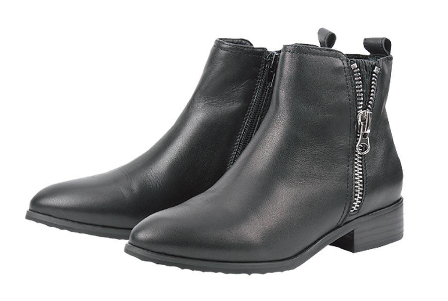 SOGO天母店AS(MODA)素面側鍊短靴,原價6980元、特價1700元,限量50雙。(SOGO提供)