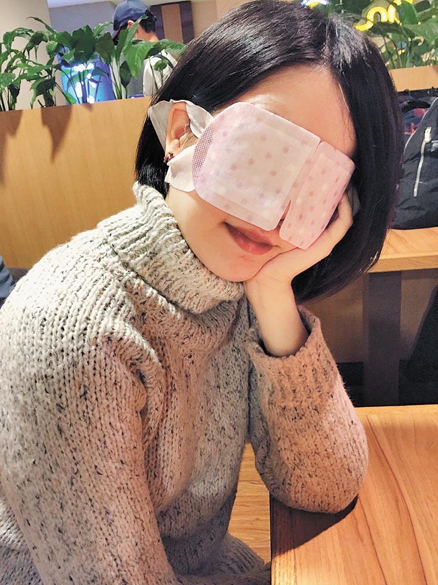 民眾帶上蒸氣眼罩舒緩疲勞。(本報系資料照片)
