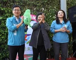 總統府祕書長陳菊贈「台灣頸枕」 期勉張廖萬堅繼續顧台灣