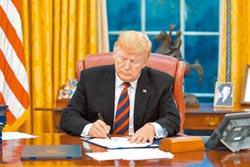 川普發動突襲 簽2項涉港法案