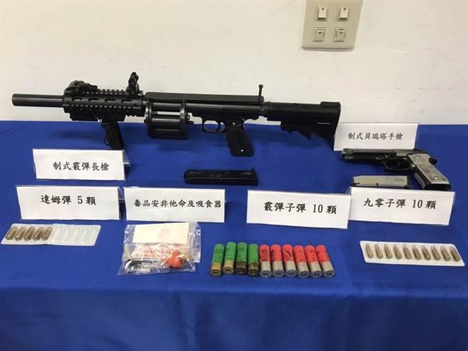 平鎮警分局警方長期布線,抓獲一名擁槍自重的男子,起出各式槍枝與毒品。(平鎮分局提供/邱立雅桃園傳真)