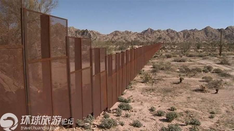 川普政府成立以來,在美墨邊境築起高牆防止偷渡,卻造成數以萬計的兒童移民被強行關押,「骨肉分離」政策釀出大量慘劇。(環球網)