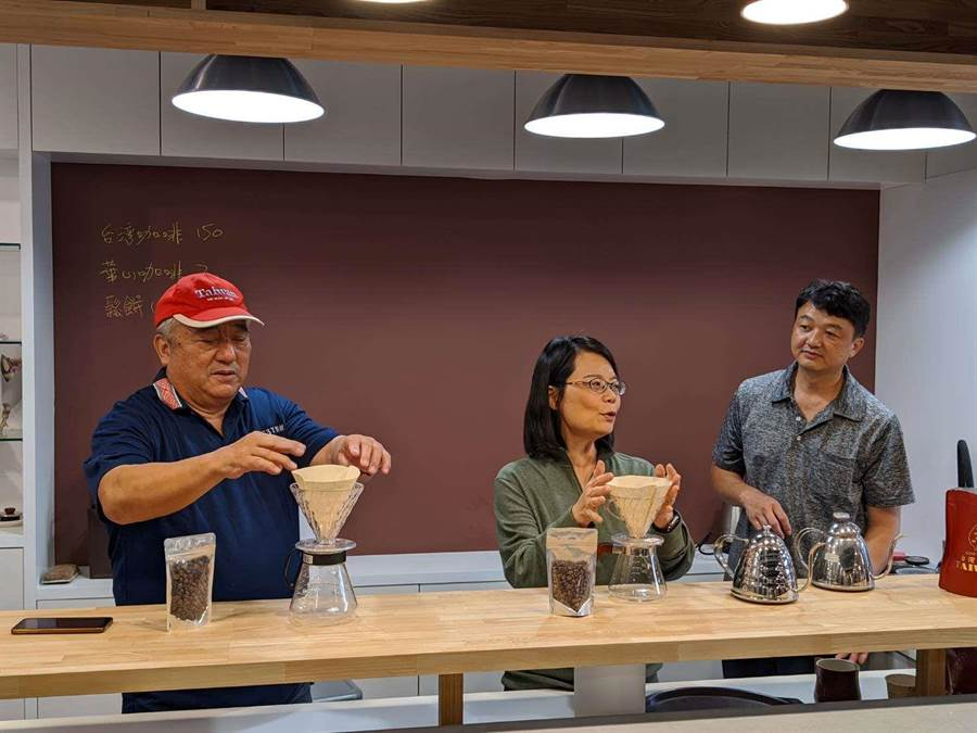 監察委員瓦歷斯.貝林(左一)、王美玉(左二)到雲林縣古坑華山了解咖啡產業發展情況,體驗沖煮咖啡。(雲林縣政府提供/許素惠雲林傳真)