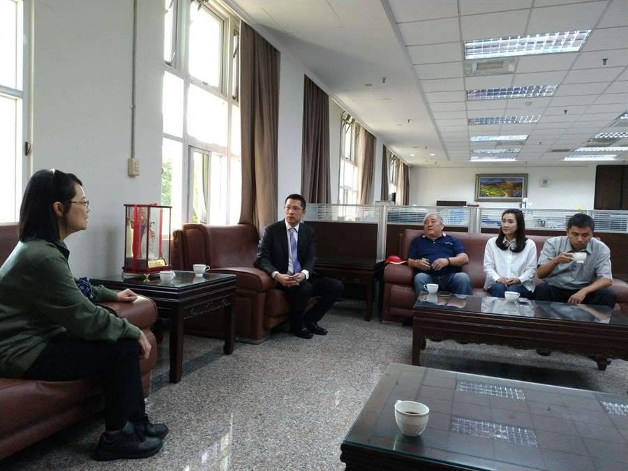 監察委員瓦歷斯.貝林(左三)、王美玉(左一)拜訪雲林縣副議長蘇俊豪(左二)和議員蔡孟真(左四)。(雲林縣政府提供/許素惠雲林傳真)
