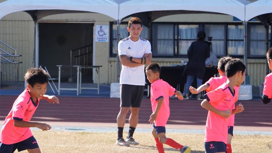 陳柏良在足球訓練營指導國小球員。(展逸國際企業提供/李弘斌傳真)
