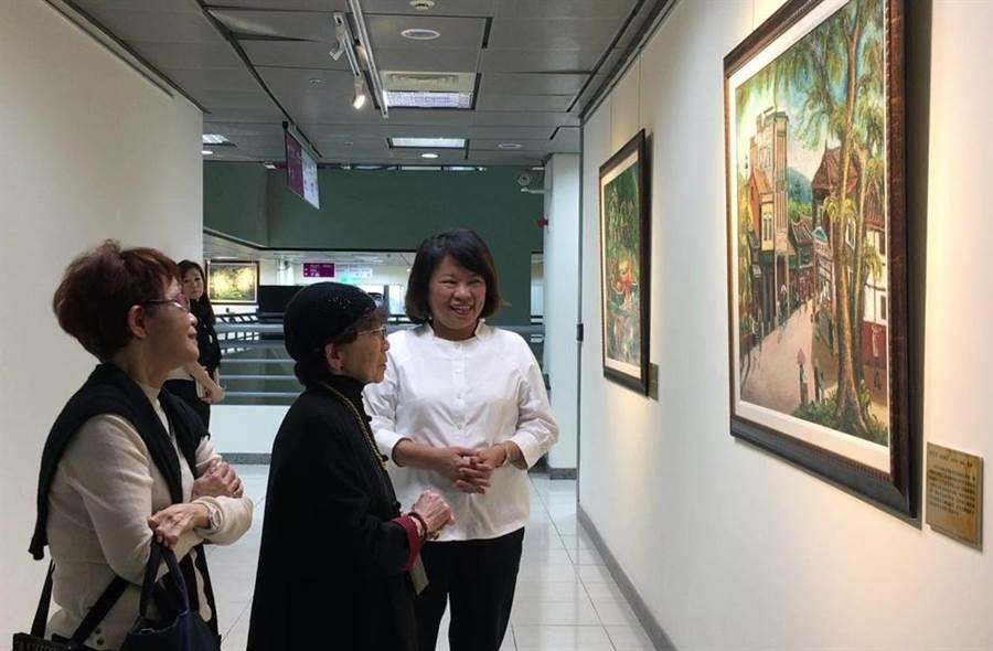 嘉義市長黃敏惠(右)帶日本松川阿嬤(中)參觀陳澄波的畫,追憶兒時舊景。(廖素慧攝)