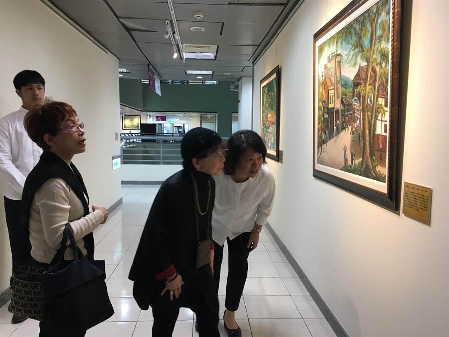 嘉義市長黃敏惠(右)帶日本松川阿嬤(中)參觀陳澄波的畫,回憶以前嘉義市的風貌。(廖素慧攝)