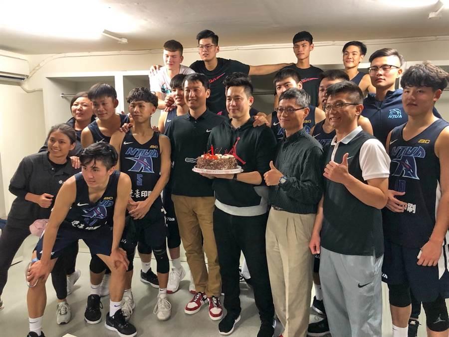 打破世新大學預賽不敗之身的台灣藝大,賽後在休息室內歡喜慶祝葛記豪教練的35歲生日。(黃及人攝)