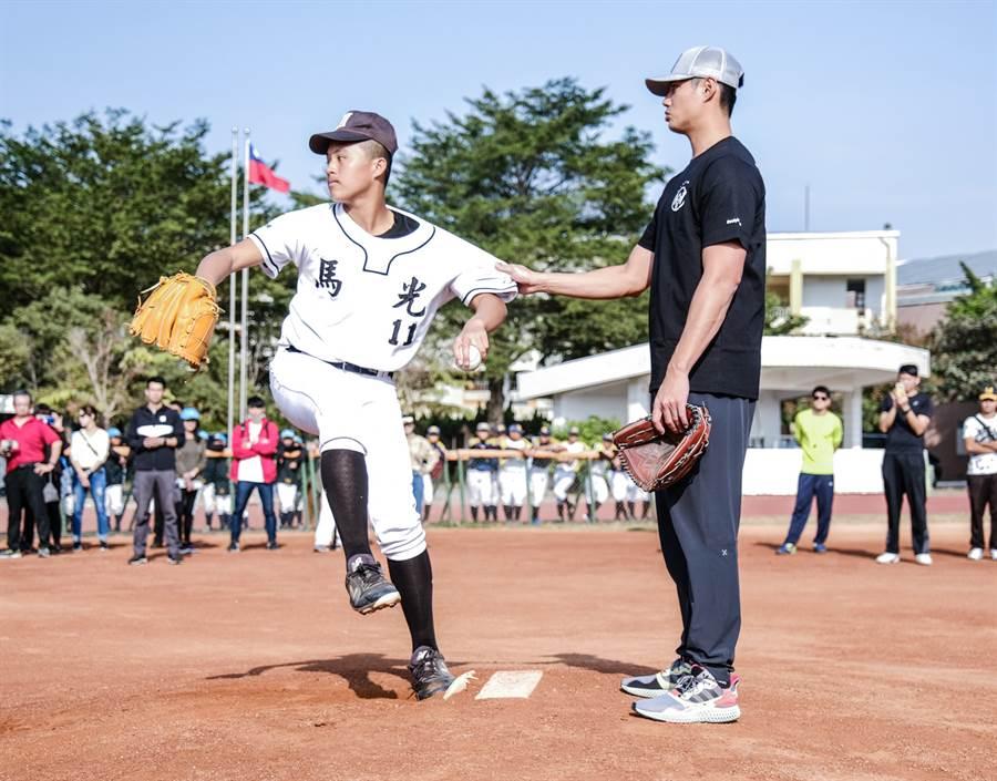 陳偉殷指導馬光國中棒球隊注意投球時下半身的運用。(國泰金控提供)