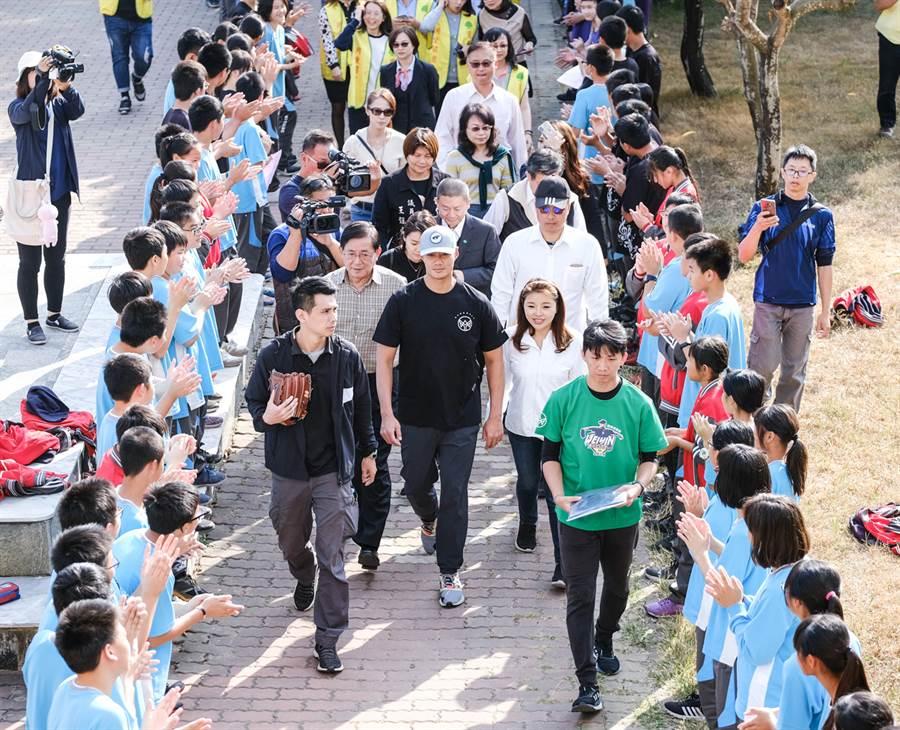 雲林馬光國中師生列隊歡迎陳偉殷。(國泰金控提供)