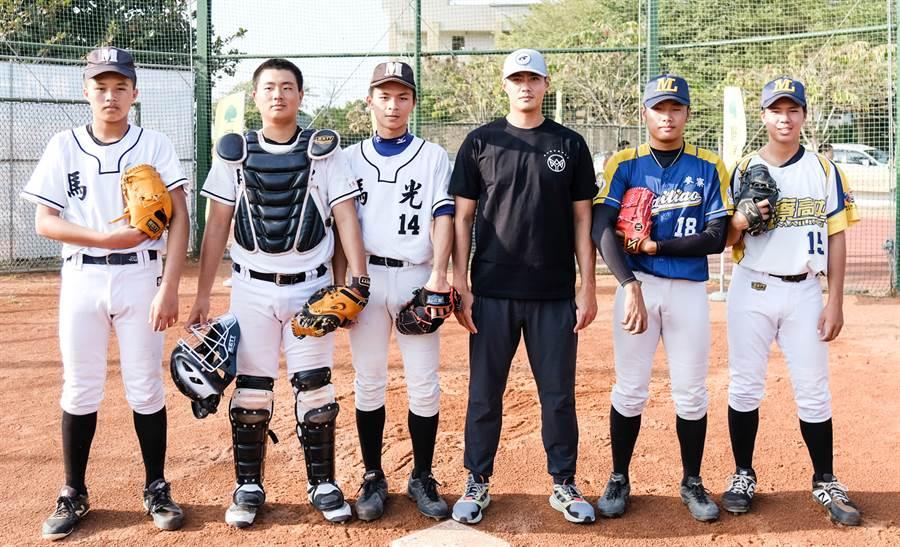 陳偉殷今日到雲林馬光國中指導在地棒球隊。(國泰金控提供)