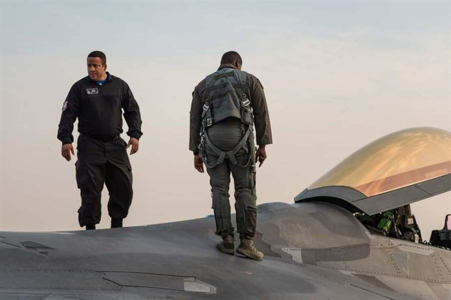 F-22戰機的隱形塗層維護是耗時耗工又昂貴的工作,表演機隊就沒有隱形必要,少了塗層維護的問題。(圖/環球網)