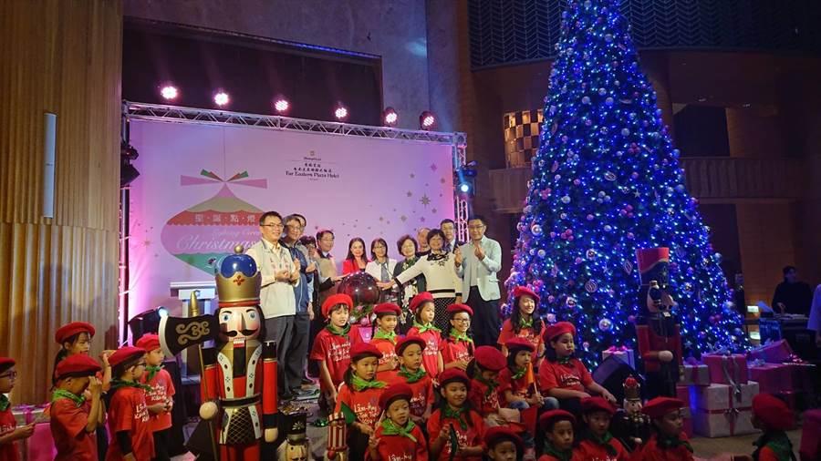 台南市長黃偉哲(中間米白外套黑領者)帶著大家啟動耶誕樹點燈,並祝福大家耶誕節快樂。(程炳璋攝)