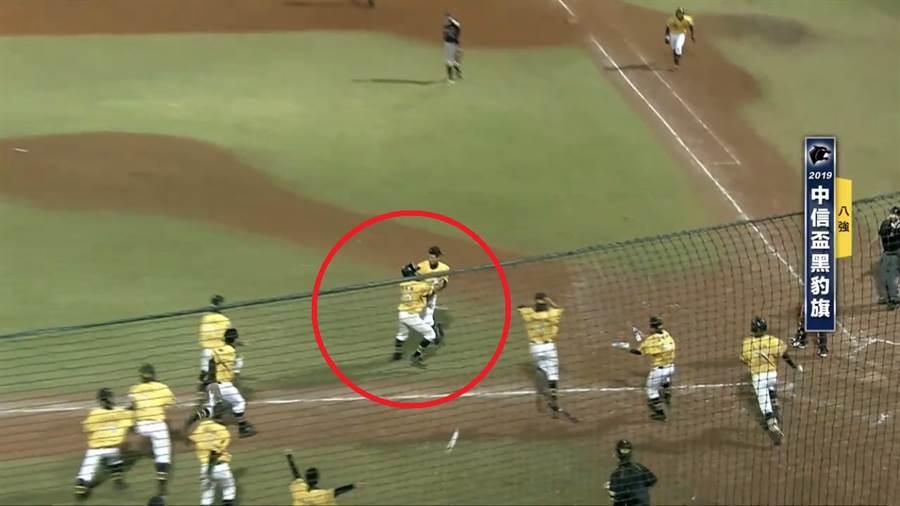 東石高中三壘跑者楊祥禾還未踏到本壘板,隊友就先衝上去慶祝。(節自智林體育台Youtube/鄧心瑜傳真)