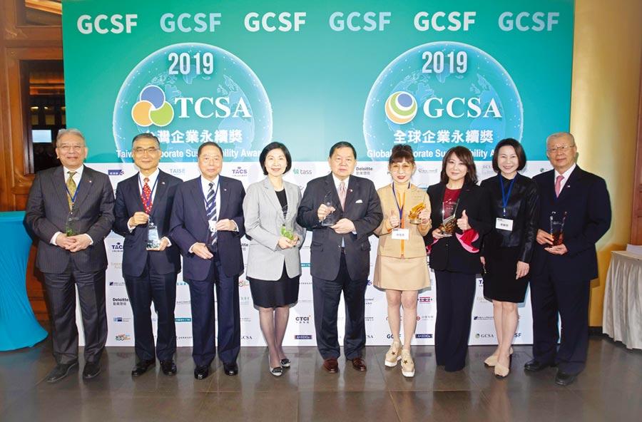 遠東集團董事長徐旭東(左五)在榮獲2019年全球企業永續獎最高榮耀:全球永續傑出人物世界獎後,與集團各獲獎企業合影。圖/遠東集團提供