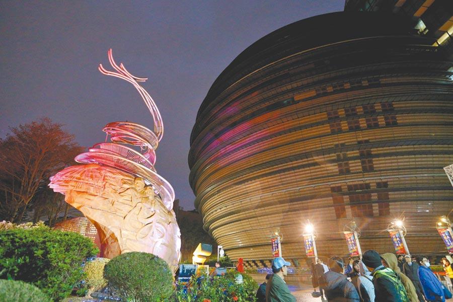 京華城特別選在昨(28日)感恩節的傍晚舉行「京華城感恩熄燈儀式」,在微微細雨中正式見證球體建築逐層熄燈。(黃世麒攝)