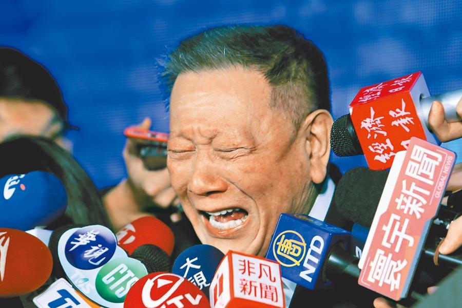 京華城創辦人沈慶京不捨多年來的同仁,當場難過痛哭落淚,更說「他們永遠都是我的同仁跟戰友,絕對不是工人或員工!」。(黃世麒攝)