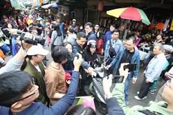 蔡英文造勢 抗議婦人竟被綠粉罵用爬的