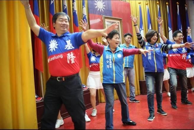 市黨部主委黃希賢率黨員跳舞慶125年黨慶。(國民黨基市黨部提供/許家寧基隆傳真)