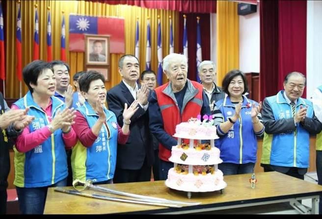 市黨部表揚晉齡70年以上老黨員,齊切蛋糕為黨慶生。(國民黨基市黨部提供/許家寧基隆傳真)