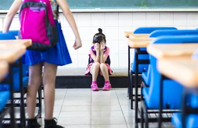 韓國《MBC》在本月12日就曾發出一則新聞,表示由於父母收入的差距,南韓的國小生竟然開始在校園中以「月乞丐」(월거지,住在月稅租屋的孩子)、「全乞丐」(전거지,住在全稅租屋的孩子)來取笑家境不富裕必須租房的同學們。令遭受歧視的孩子們受到屈辱而落淚。示意圖(達志影像/shutterstock提供)