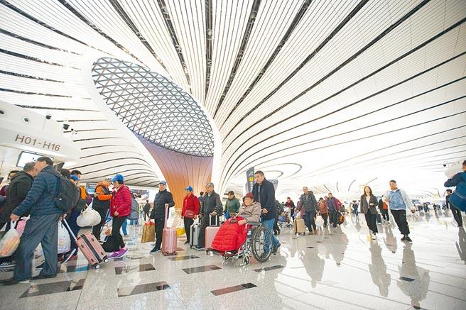 北京大興國際機場聚集大批旅客。(中新社)