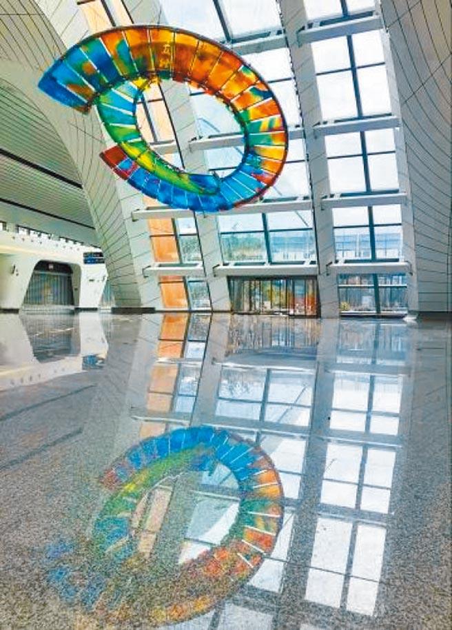 《二十四節氣》用藝術玻璃組成一件懸掛式抽象雕塑,氣韻生動。(取自《河北青年報》)