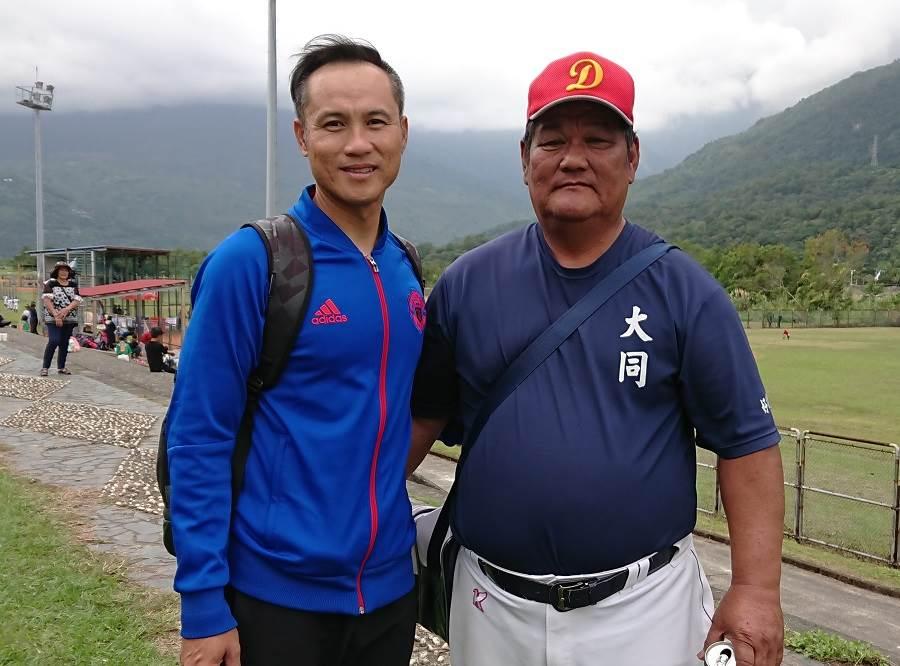 富邦悍將教練鄭兆行(左)與王詩聰老爸王國泰(右)在關懷盃相見歡。(陳志祥攝)