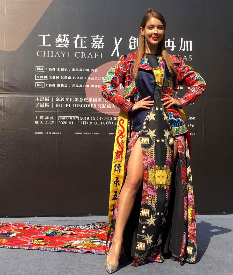 俄羅斯美模安妮穿《八仙遊嘉義》繡服走秀,驚豔全場。(廖素慧攝)