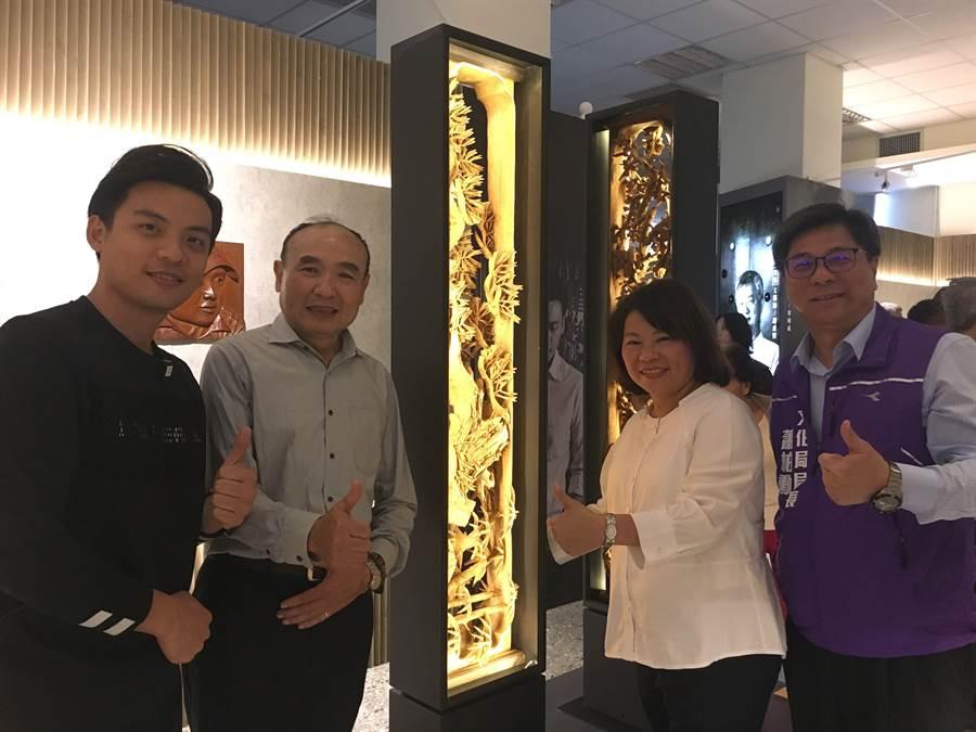 藝師陳佐民(中)與設計師鄭仕欣(左)合作創作《找光》燈具,市長黃敏惠讚不絕口。(廖素慧攝)