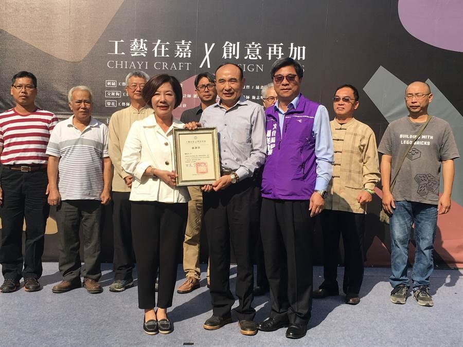 藝師陳佐民(前右)與所有藝師接受副市長陳淑慧表揚。(廖素慧攝)