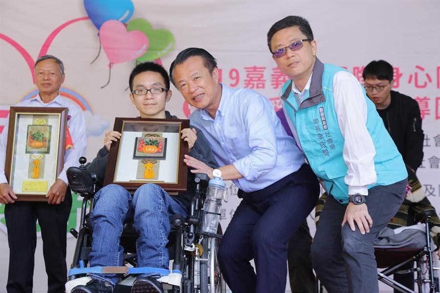 蔡明樽(左二)親身經歷鼓勵傷友勇敢地面對人生,堪稱為身障楷模。(嘉義縣政府提供/張毓翎嘉義傳真)